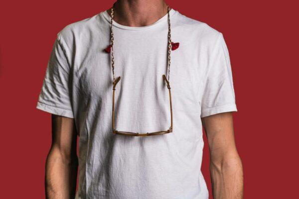 Attached Brillenkette Dahab getragen